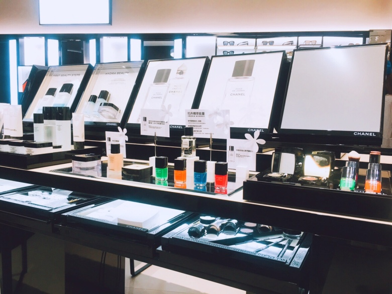 香奈兒台北101化妝品精品店,有許多限定販售產品。