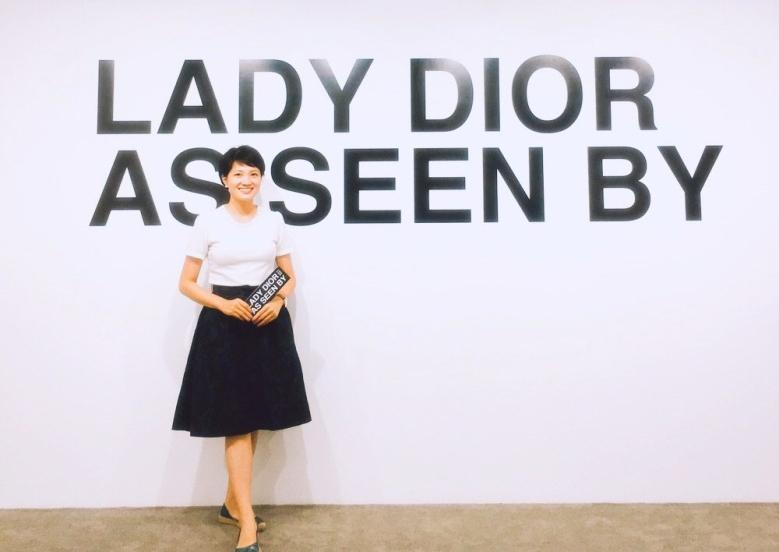 走訪「LADY DIOR AS SEEN BY 」藝術展,必得來一張LADY照。