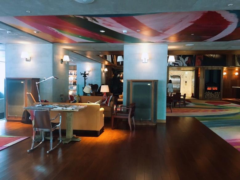 S Hotel大廳,據悉也是更換過很多次地毯,史塔克對細節非常要求。