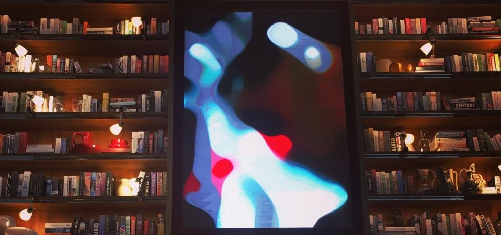 S Hotel的書櫃,我特別喜歡的空間一角,這是通往餐廳之路。